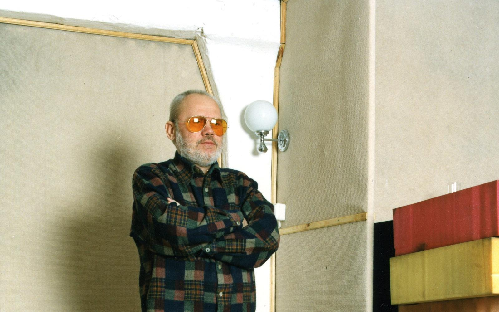 """Andrzej Przybielski w studiu Mózg, zdjęcie do płyty Mazzoll, Kazik &amp; Arhythmic Perfection """"rozmowy s catem"""", 1996, <strong>fot. ZbyZiel</strong>"""
