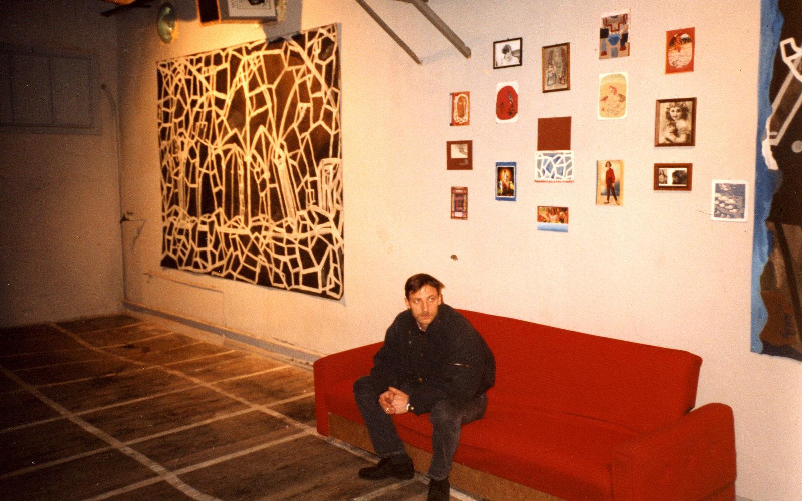 Krzysztof Gruse na swojej wystawie w Mózgu 1994-11-18,  fot. ZbyZiel